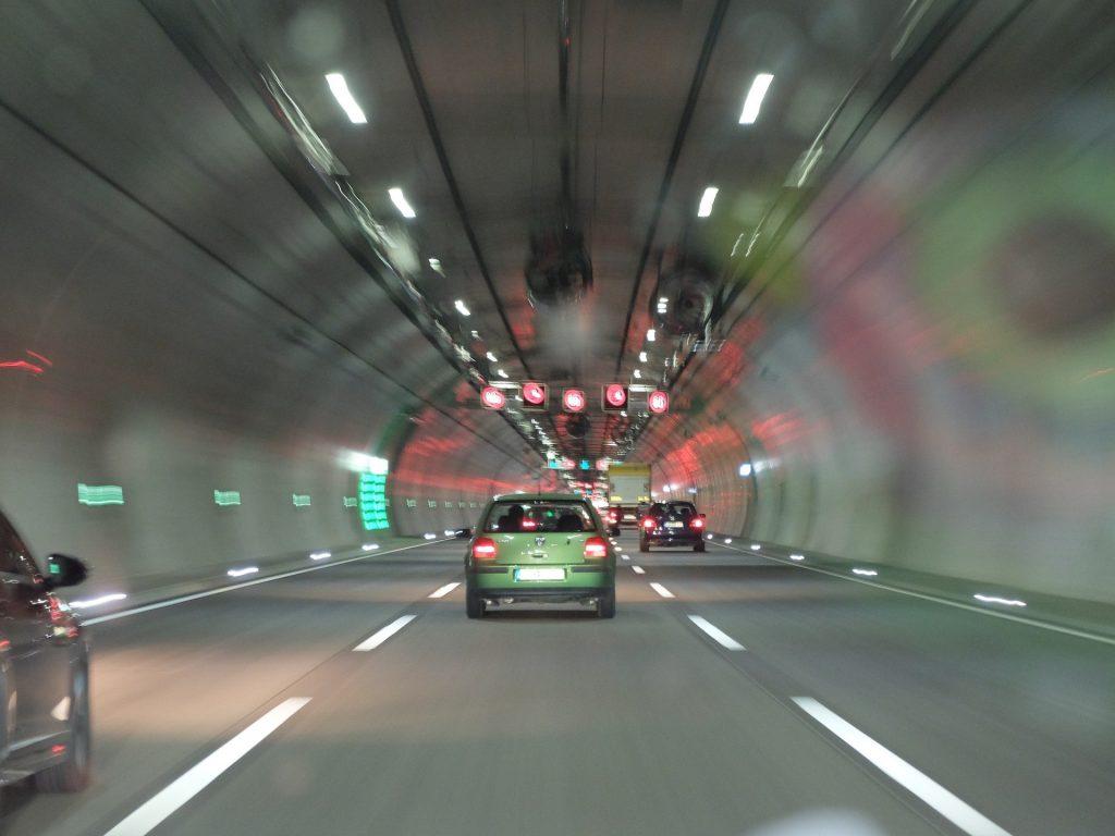tunel z autami