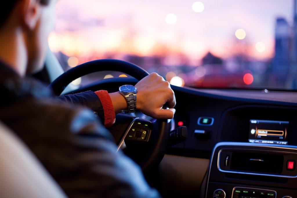 Kierowca podczas jazdy
